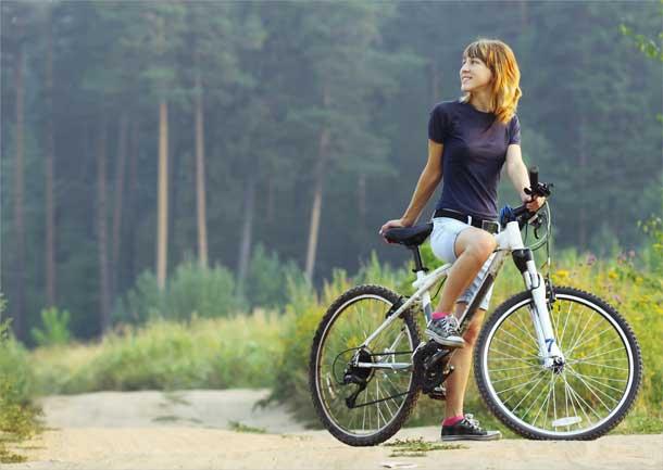 devushka-na-velosipede