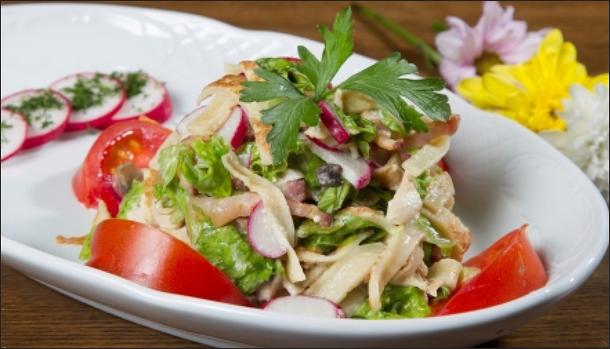 Блинный салат с копченой курицей: блюдо для истинных гурманов