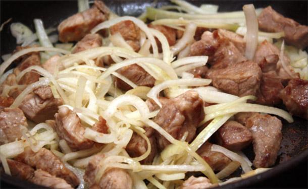 ТОП-3 рецепта сочной жареной свинины на сковороде кусочками и с луком