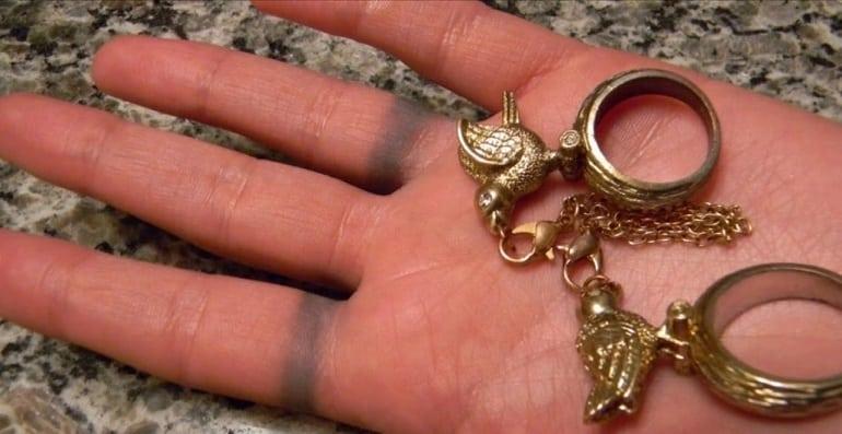 ТОП-3 причины, почему под золотым кольцом чернеет палец + опасно ли это на самом деле